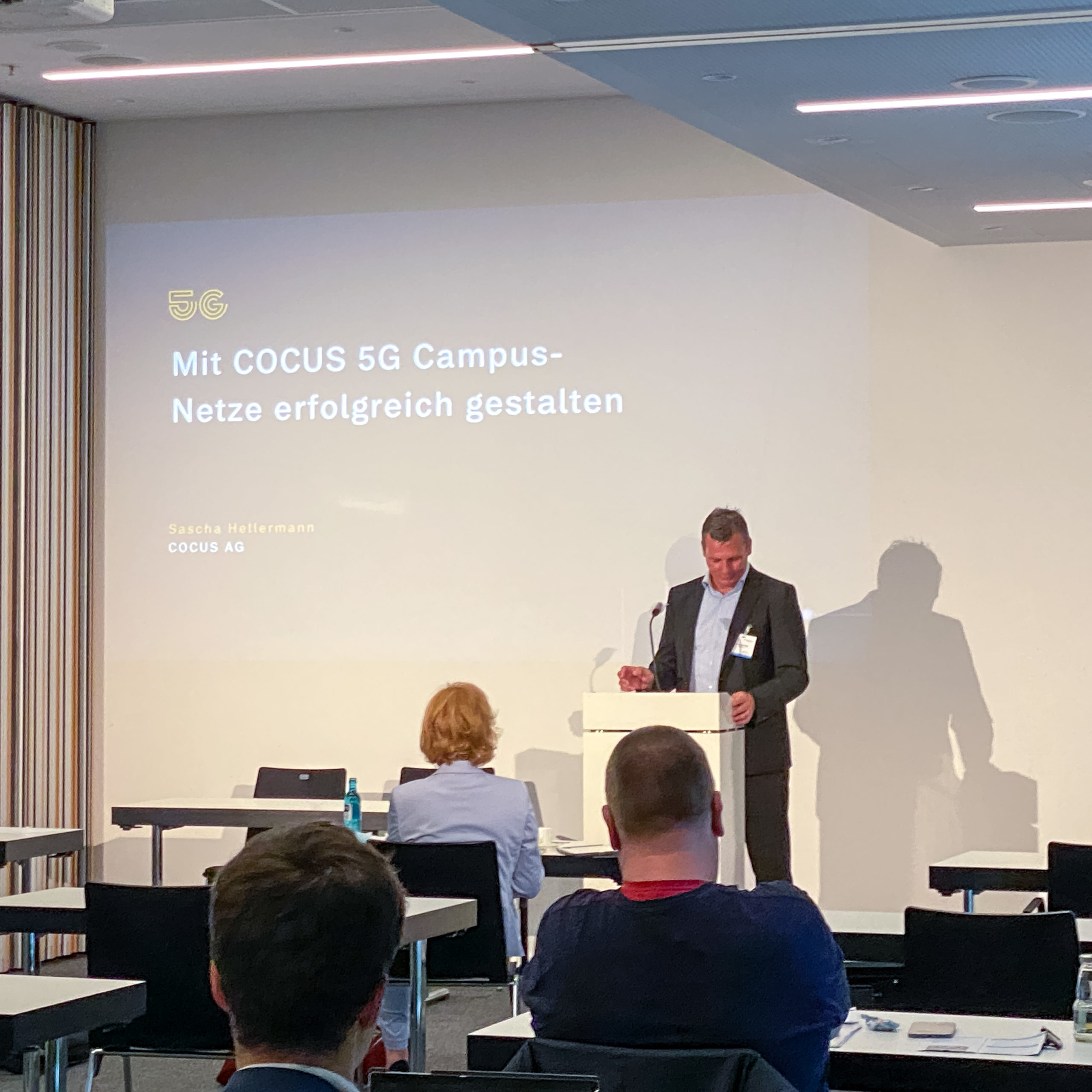 Sascha Hellermann hält einen Vortrag auf dem Gigabitgipfel Hessen 2021