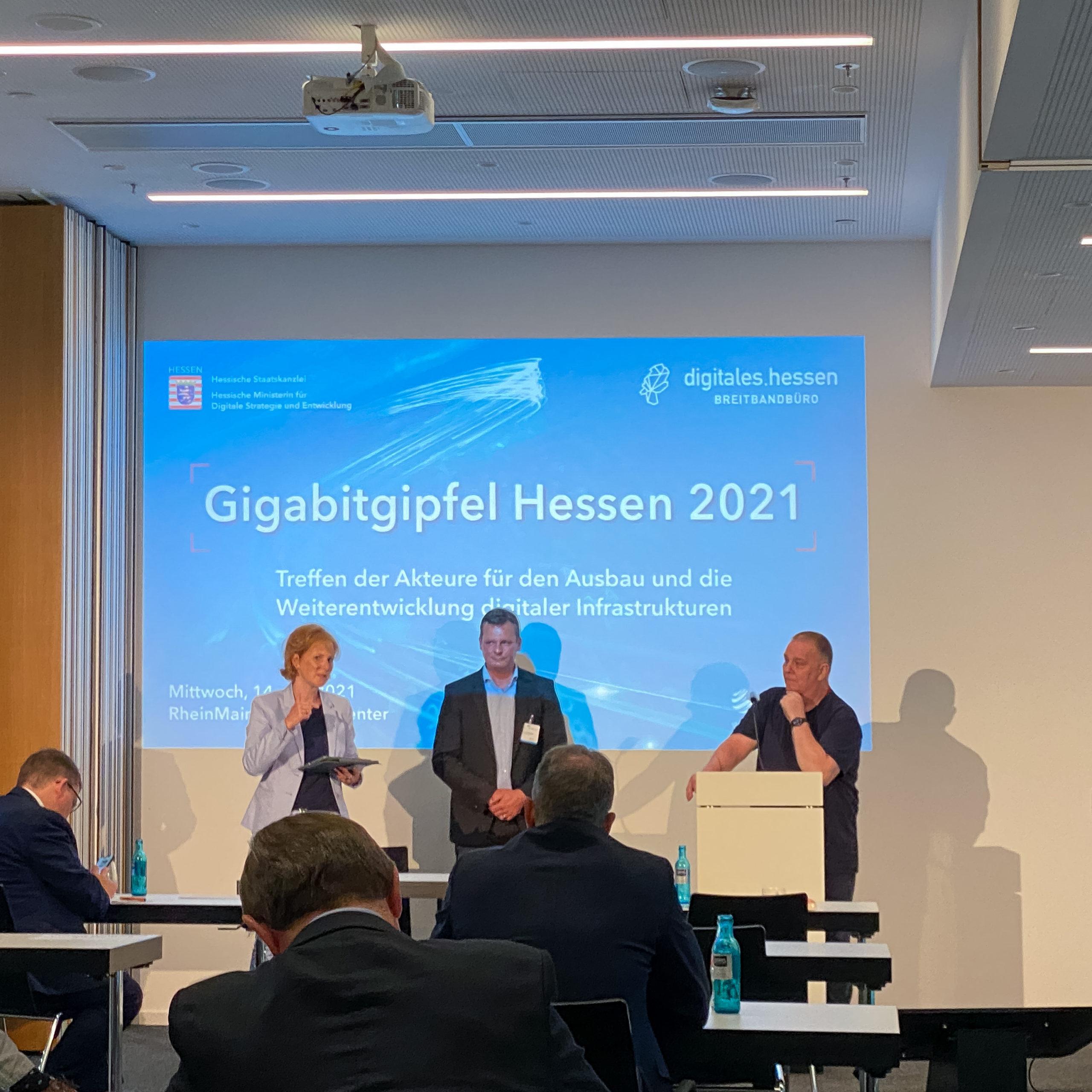 Sascha Hellermann hält einen Vortrag auf dem Gigabitgipfel Hessen